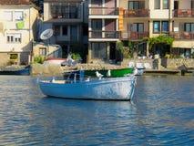 Ξύλινη βάρκα στη λίμνη πόλη Μακεδονία της Οχρίδας, Οχρίδα στοκ φωτογραφίες