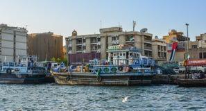 Ξύλινη βάρκα στον κολπίσκο του Ντουμπάι στοκ εικόνες