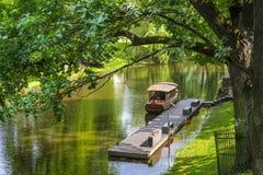 Ξύλινη βάρκα στον ποταμό πόλεων στο κεντρικό πάρκο της Ρήγας, Λετονία Στοκ φωτογραφία με δικαίωμα ελεύθερης χρήσης