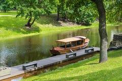 Ξύλινη βάρκα στον ποταμό πόλεων στο κεντρικό πάρκο της Ρήγας, Λετονία Στοκ φωτογραφίες με δικαίωμα ελεύθερης χρήσης