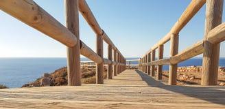 Ξύλινη γέφυρα από την επίγεια προοπτική στοκ εικόνες
