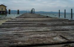 Ξύλινη γέφυρα βαρκών, σκόπιμος μουτζουρωμένος στοκ φωτογραφίες με δικαίωμα ελεύθερης χρήσης