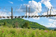 Ξύλινη γέφυρα και ένας όμορφος ουρανός σε Chaiyaphum στοκ εικόνες με δικαίωμα ελεύθερης χρήσης