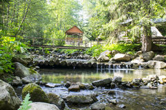 Ξύλινη γέφυρα πέρα από έναν ποταμό βουνών Στοκ φωτογραφίες με δικαίωμα ελεύθερης χρήσης