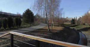Ξύλινη γέφυρα πέρα από το κανάλι φιλμ μικρού μήκους