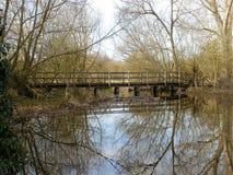 """Ξύλινη γέφυρα πέρα από Ï""""Î¿ σκάκι ποταμών, Chorleywood στοκ εικόνα"""