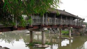 Ξύλινη γέφυρα που επιστρώνει την επιφάνεια λιμνών στοκ φωτογραφία με δικαίωμα ελεύθερης χρήσης