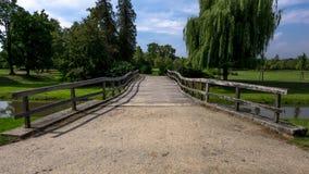 Ξύλινη γέφυρα που οδηγεί στο πάρκο στοκ φωτογραφίες με δικαίωμα ελεύθερης χρήσης