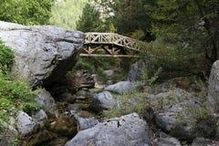 Ξύλινη γέφυρα στη βάση της ΑΜ 2860 επίσης το ύψος θεωρείται αποκαλούμενος τις μούσες ΑΜ μετρητών της Ελλάδας Θεών μυθικό θρόνο st Στοκ Εικόνες