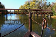 Ξύλινη γέφυρα σωρών Roofed με τα διακοσμητικά λουλούδια, άποψη από το μπροστινό μέρος μύλων σκαφών, εποχή φθινοπώρου, θέση Kollar Στοκ εικόνες με δικαίωμα ελεύθερης χρήσης