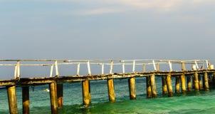 Ξύλινη γέφυρα το μακροχρόνιο τέντωμα της θάλασσας Στοκ φωτογραφία με δικαίωμα ελεύθερης χρήσης