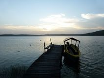 Ξύλινη διάβαση που οδηγεί στη λίμνη στοκ φωτογραφία με δικαίωμα ελεύθερης χρήσης