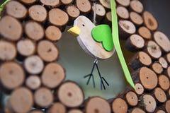 Ξύλινη διακόσμηση πουλιών με τις πράσινες λεπτομέρειες στοκ εικόνες με δικαίωμα ελεύθερης χρήσης
