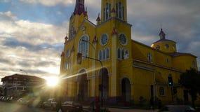 Ξύλινη εκκλησία στο νησί Chiloe στη Χιλή κατά τη διάρκεια του ηλιοβασιλέματος στοκ εικόνα