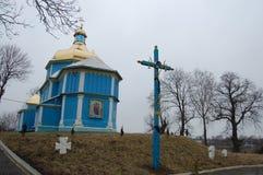 Ξύλινη εκκλησία του μπλε χρώματος στο λόφο στοκ φωτογραφίες με δικαίωμα ελεύθερης χρήσης