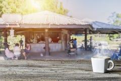 Ξύλινη επιτραπέζια κορυφή με τη θαμπάδα των ανθρώπων στη καφετερία στοκ εικόνα με δικαίωμα ελεύθερης χρήσης