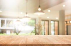 Ξύλινη επιτραπέζια κορυφή με τη καφετερία θαμπάδων ή τον καφέ, εστιατόριο στοκ εικόνα