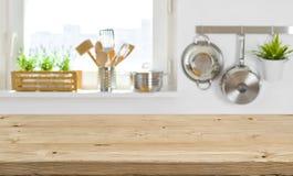 Ξύλινη επιτραπέζια κορυφή στο θολωμένο εσωτερικό κουζινών με το διάστημα αντιγράφων στοκ φωτογραφίες