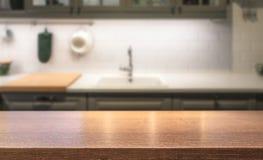 Ξύλινη επιτραπέζια κορυφή στο νησί κουζινών μπροστά από το θολωμένο εγχώριο εσωτερικό στοκ φωτογραφίες με δικαίωμα ελεύθερης χρήσης