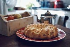 ξύλινη επιτραπέζια κουζίνα πιάτων τροφίμων κινηματογραφήσεων σε πρώτο πλάνο πιτών μήλων εσωτερική Στοκ Εικόνα