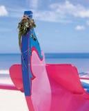 Ξύλινη ζωηρόχρωμη βάρκα στην παραλία στοκ εικόνα