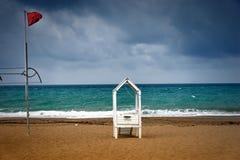 Ξύλινη καλύβα lifeguard και κόκκινη σημαία προειδοποίησης στοκ φωτογραφία με δικαίωμα ελεύθερης χρήσης