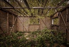 Ξύλινη καμπίνα, ξύλινο costruction και πράσινη φύση στοκ φωτογραφίες