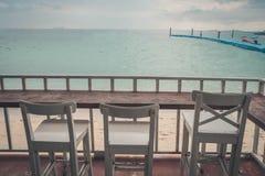 Ξύλινη καρέκλα στο μπαλκόνι στοκ εικόνα