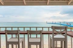 Ξύλινη καρέκλα στο μπαλκόνι στοκ φωτογραφία με δικαίωμα ελεύθερης χρήσης