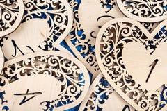 Ξύλινη καρδιά που χαράζεται σε ένα μπλε ξύλινο υπόβαθρο Τοπ όψη Στοκ Φωτογραφίες