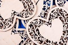 Ξύλινη καρδιά που χαράζεται σε ένα μπλε ξύλινο υπόβαθρο Τοπ όψη Στοκ φωτογραφία με δικαίωμα ελεύθερης χρήσης