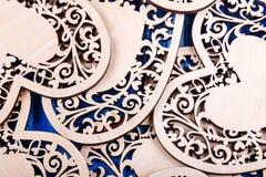 Ξύλινη καρδιά που χαράζεται σε ένα μπλε ξύλινο υπόβαθρο Τοπ όψη Στοκ Εικόνες