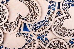 Ξύλινη καρδιά που χαράζεται σε ένα μπλε ξύλινο υπόβαθρο Τοπ όψη Στοκ φωτογραφίες με δικαίωμα ελεύθερης χρήσης