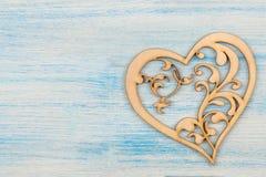 Ξύλινη καρδιά σε ένα μπλε ξύλινο υπόβαθρο τοποθετήστε το κείμενο βαλεντίνος ημέρας s επάνω από την όψη στοκ φωτογραφία με δικαίωμα ελεύθερης χρήσης