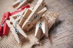 Ξύλινη καρφίτσα ενδυμάτων στο ξύλινο επιτραπέζιο υπόβαθρο Στοκ Φωτογραφίες