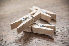 Ξύλινη καρφίτσα ενδυμάτων στο ξύλινο επιτραπέζιο υπόβαθρο Στοκ Εικόνες