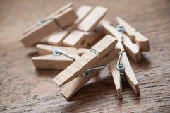 Ξύλινη καρφίτσα ενδυμάτων στο ξύλινο επιτραπέζιο υπόβαθρο Στοκ εικόνες με δικαίωμα ελεύθερης χρήσης