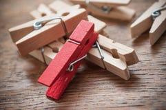 Ξύλινη καρφίτσα ενδυμάτων στο ξύλινο επιτραπέζιο υπόβαθρο Στοκ εικόνα με δικαίωμα ελεύθερης χρήσης