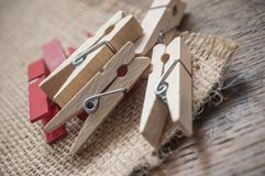 Ξύλινη καρφίτσα ενδυμάτων στο ξύλινο επιτραπέζιο υπόβαθρο Στοκ φωτογραφίες με δικαίωμα ελεύθερης χρήσης