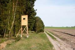 Ξύλινη κατασκευή που τίθεται στην άκρη του δασικού νέου κυνηγιού Α Στοκ Φωτογραφίες