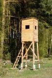 Ξύλινη κατασκευή που τίθεται στην άκρη του δασικού νέου κυνηγιού Α Στοκ Φωτογραφία