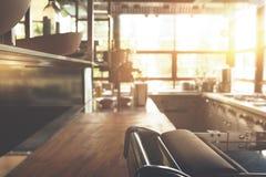 Ξύλινη κενή επιτραπέζια κορυφή πινάκων επάνω του θολωμένου υποβάθρου στοκ φωτογραφία με δικαίωμα ελεύθερης χρήσης