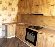 Ξύλινη κουζίνα Το εσωτερικό σχέδιο της τραπεζαρίας στοκ εικόνα