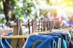 Ξύλινη κρεμάστρα σχεδίου στην ξύλινη ράγα, μόδα γυναικών Στοκ εικόνα με δικαίωμα ελεύθερης χρήσης