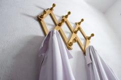 Ξύλινη κρεμάστρα υφασμάτων τοίχων με δύο άσπρα πουκάμισα στοκ εικόνες