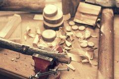 Ξύλινη λεπτομέρεια DIY μηχανών τρακτέρ παιχνιδιών με το εργαλείο ξυλουργών Στοκ Φωτογραφίες