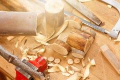 Ξύλινη λεπτομέρεια DIY μηχανών τρακτέρ παιχνιδιών με το εργαλείο ξυλουργών Στοκ φωτογραφία με δικαίωμα ελεύθερης χρήσης