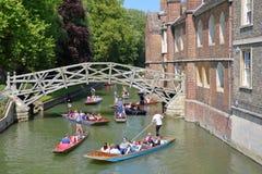 Ξύλινη μαθηματική γέφυρα στις βασίλισσες College University με τους τουρίστες και τους σπουδαστές που κλοτσούν στο έκκεντρο ποταμ στοκ φωτογραφίες