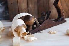 Ξύλινη μηχανή πλανίσματος στο εργαστήριο ξυλουργικής στοκ φωτογραφίες