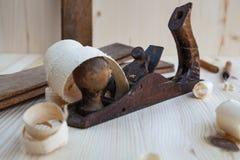 Ξύλινη μηχανή πλανίσματος στο εργαστήριο ξυλουργικής στοκ εικόνες